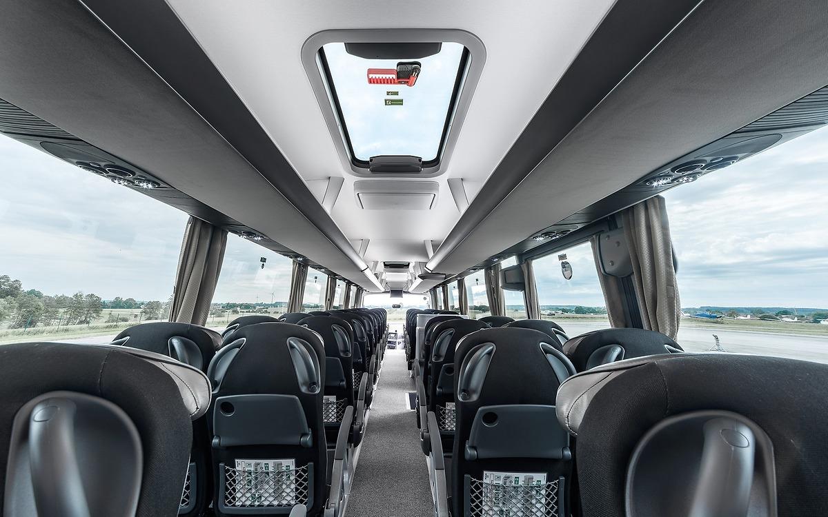 Стеклянные люки в крыше и большие окна создают в Lion's Coach атмосферу комфорта